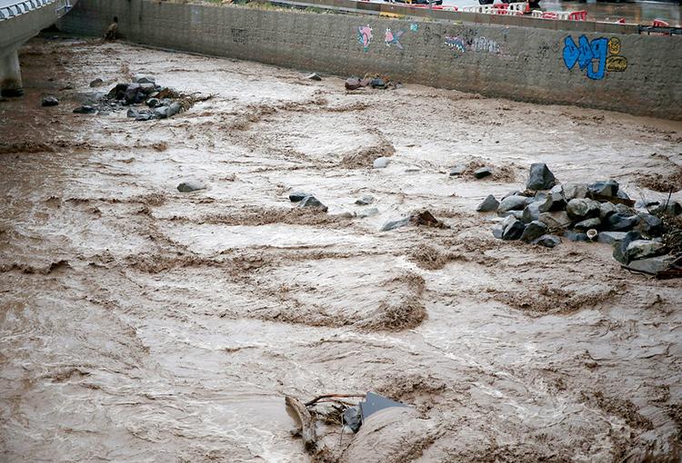 Alerta por derrame de petróleo en cuenca del río Mapocho