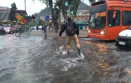 Sector de plaza Baquedano sufrió inundación por rotura de matriz de Aguas Andinas