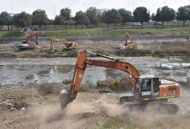 Limpieza de casi 10 kilómetros del río Mapocho presenta 40 por ciento de avance