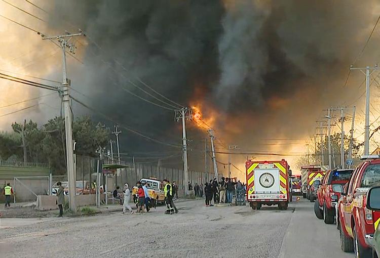 Prosigue labor de Bomberos por incendio de plásticos en San Bernardo