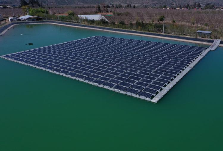 En tranque agrícola, inauguran planta solar flotante más grande de Chile