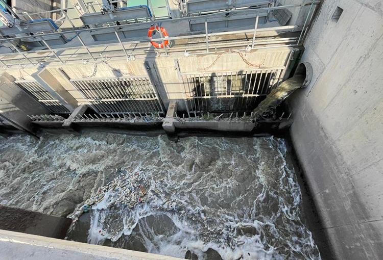 Aguas Andinas implementa plan para extraer 2.000 toneladas de residuos desde las alcantarillas