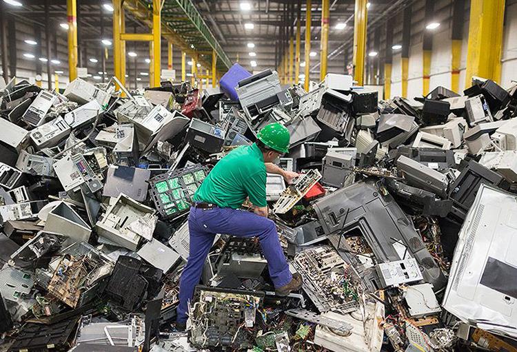 Desmantelamiento de residuos electrónicos pone en riesgo salud de recicladores